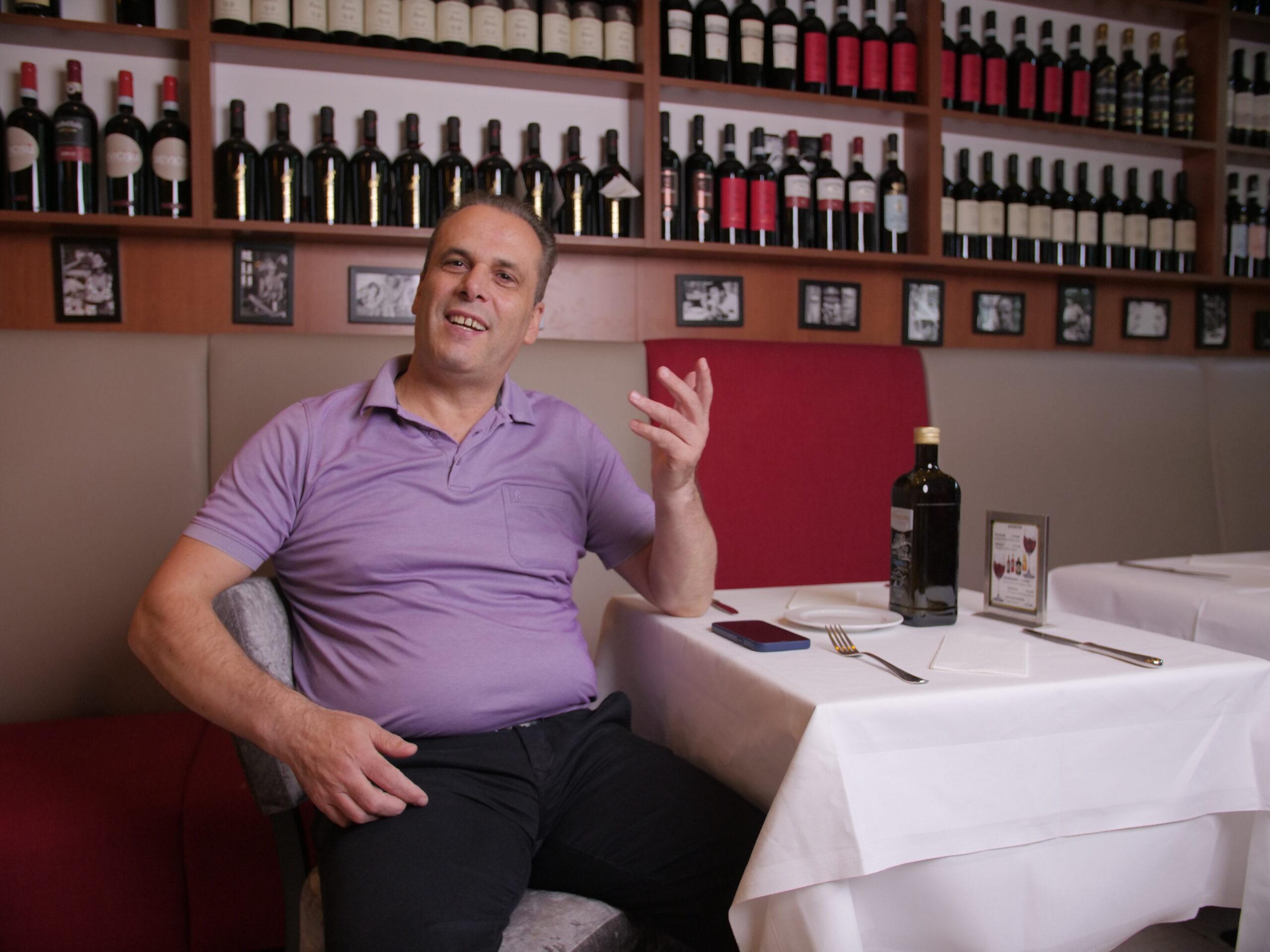 Botschafter Dino im Restaurant